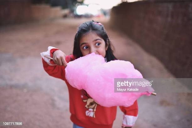 young girl (4-5 years) eating cotton candy - 4 5 years stock pictures, royalty-free photos & images