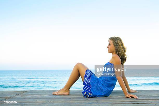 young girl enjoying the mediterranean sea - alleen één tienermeisje stockfoto's en -beelden