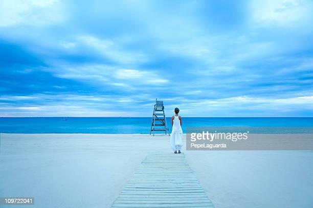 若い女の子は海をお楽しみいただけます。