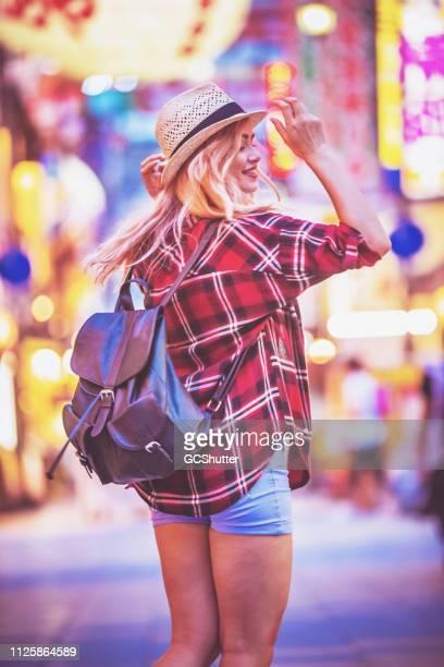 大阪、日本の有名な観光名所を探索する少女 - 大阪市 ストックフォトと画像