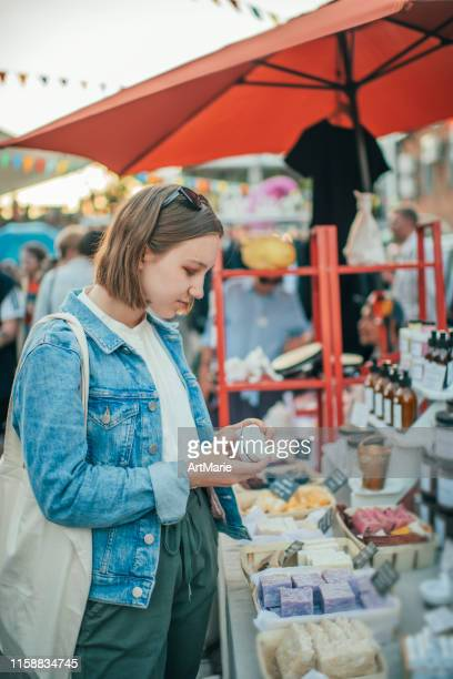 廃棄物ゼロのコンセプトで野外市場でオーガニックボディケアグッズを探求する若い女の子 - art and craft ストックフォトと画像