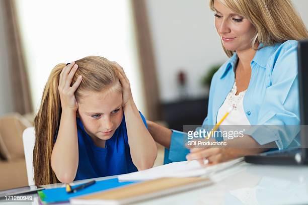 Jeune femme frustrée avec son travail