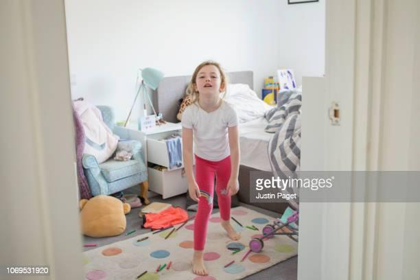 young girl having tantrum in bedroom - klagen stockfoto's en -beelden