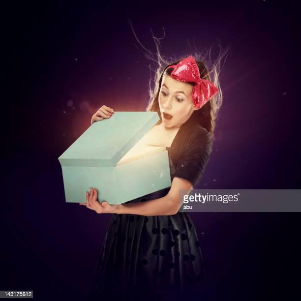 Jeune fille tenant un cadeau qui a ouvert ses portes