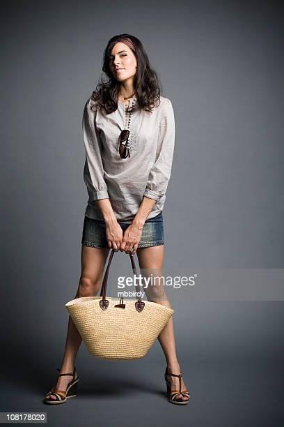 若い少女押しバッグ - 足を開く ストックフォトと画像