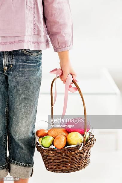 Jeune fille tenant Panier de Pâques