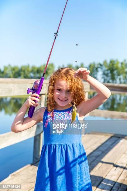 Junges Mädchen Sunfish, die sie gerade gefangen hält