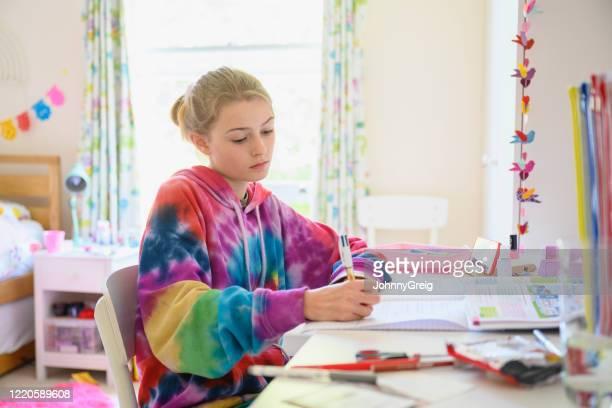 ロックダウン中の若い女の子ホームスクーリング - タイダイ柄 ストックフォトと画像