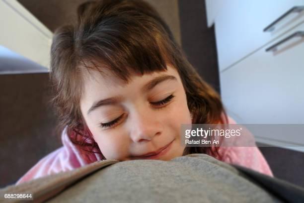young girl hugging her father - rafael ben ari fotografías e imágenes de stock