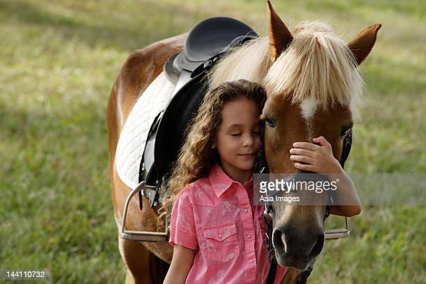 jeune fille embrassant le nez de poney - cheval photos et images de collection