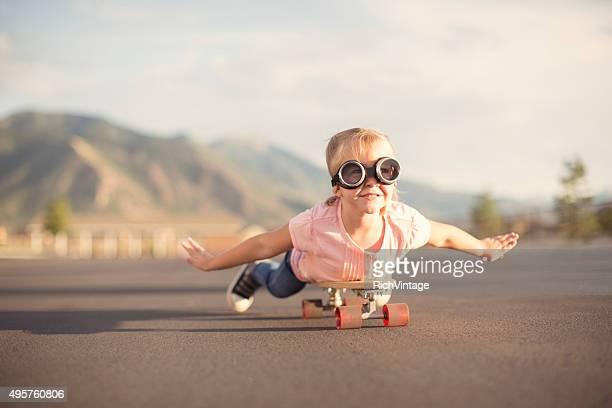Immaginate di giovane ragazza volare su Skateboard