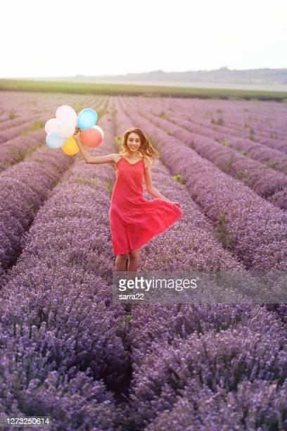 風船を保持するラベンダーフィールドの若い女の子 - lavender color ストックフォトと画像
