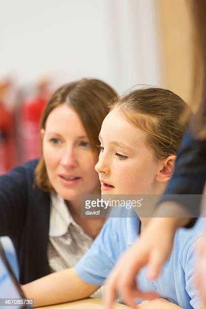 Junges Mädchen In der Schule mit einem Computer