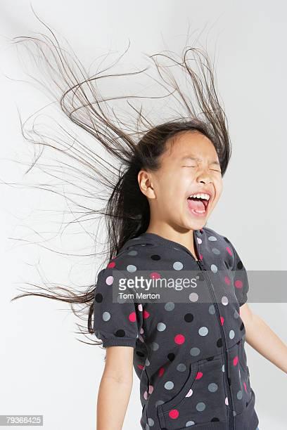 Jeune fille à l'intérieur, criant avec les cheveux un vol de retour