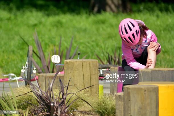 young girl injured from riding a bicycle in a bike park - rafael ben ari stockfoto's en -beelden