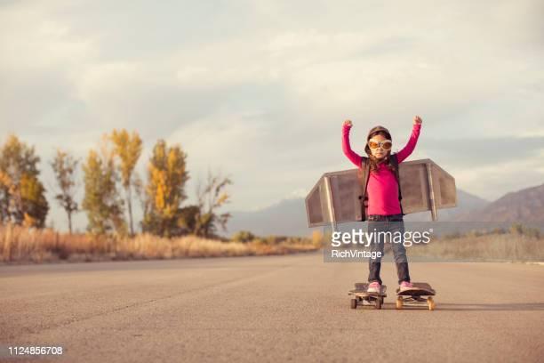 junges mädchen erfinder ready to fly - frauenpower stock-fotos und bilder