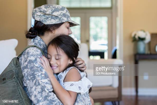 young girl is happy to see army mom - military stock pictures, royalty-free photos & images