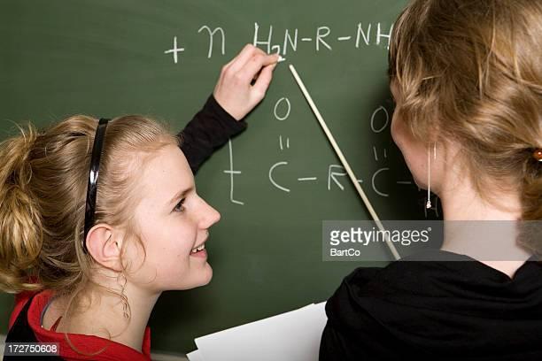 junges mädchen lernen chemie, lehrer helfen - nylon stock-fotos und bilder