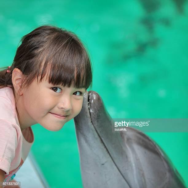 young girl is overjoyed by dolphin's kiss - de amado carrillo fuentes fotografías e imágenes de stock