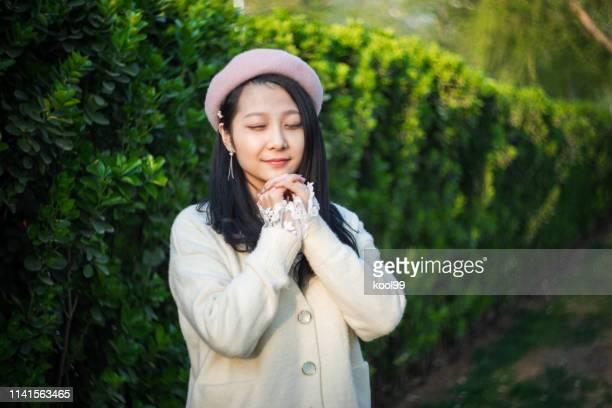 若い女の子は祈っている - 中国北東部 ストックフォトと画像