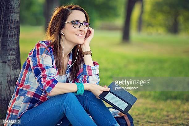 Giovane ragazza è la lettura eBook con