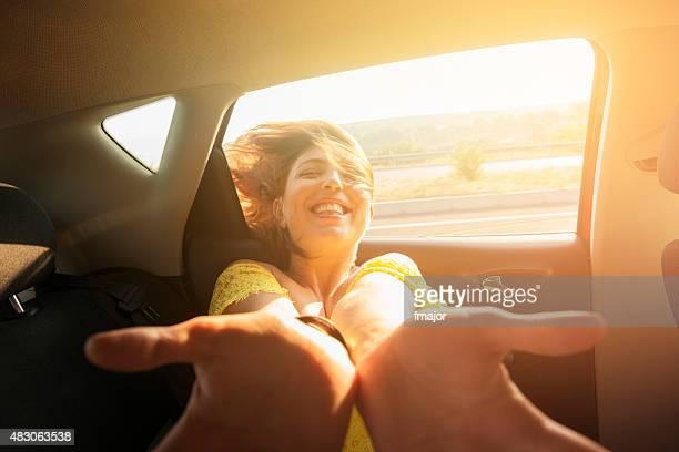 Junges Mädchen ist Sie reisen mit dem Auto an einem sonnigen Tag