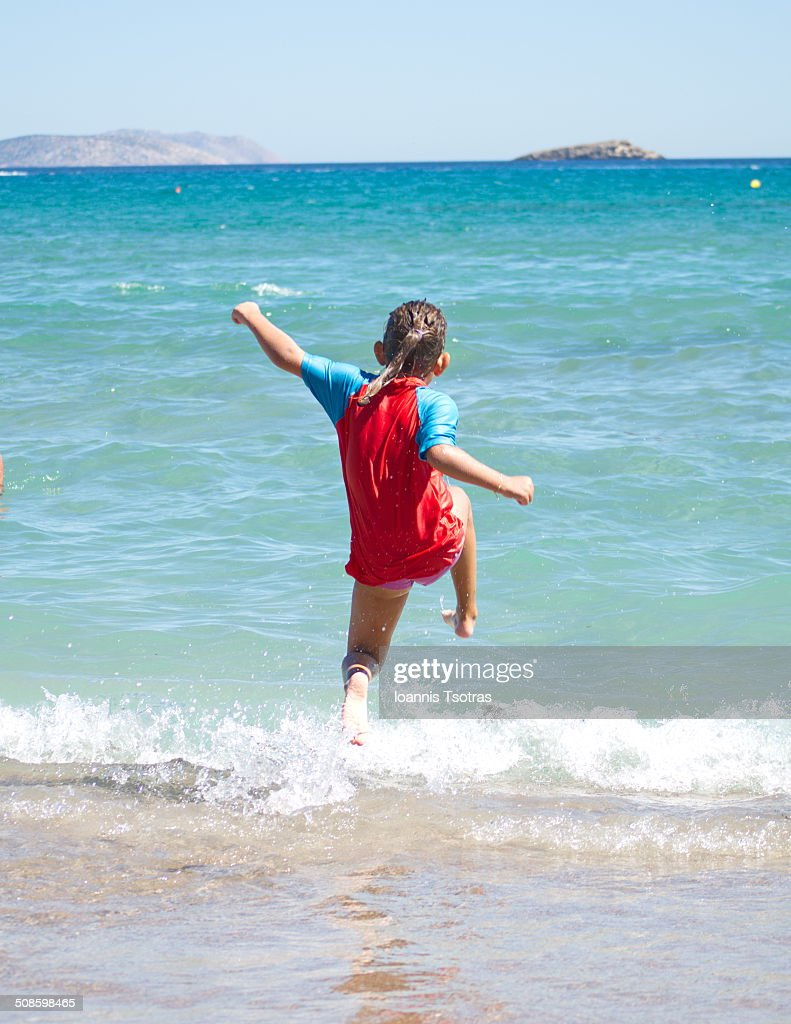 Young girl jumping in the water : Foto de stock