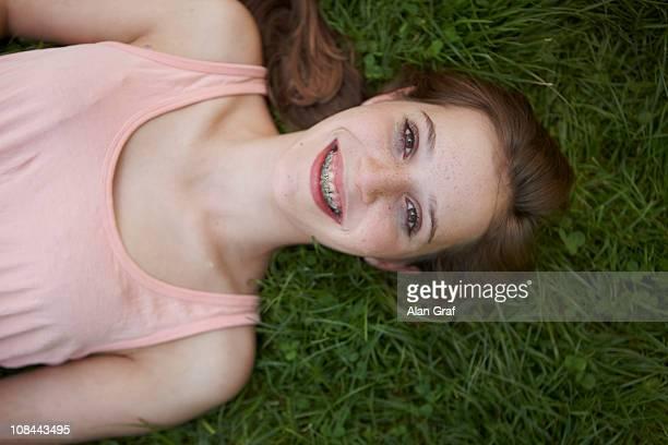 Junges Mädchen, die Festlegung auf Gras in einem park