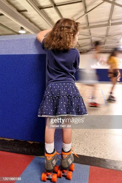 young girl learning how to roller skate - rafael ben ari foto e immagini stock