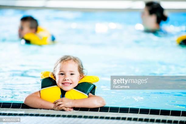 chica aprendiendo a nadar - life jacket photos fotografías e imágenes de stock
