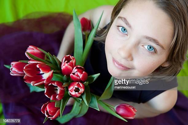 """chica joven mirando hacia arriba con un ramo de tulipanes en manos. - """"martine doucet"""" or martinedoucet fotografías e imágenes de stock"""