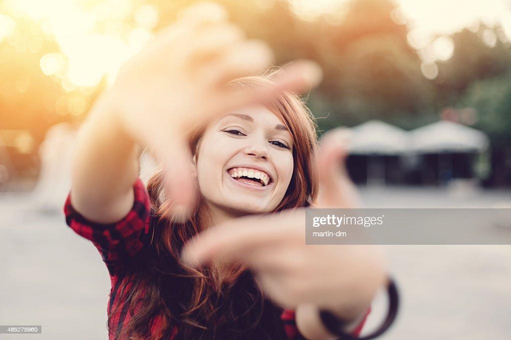Garota fazendo Dedos Fazendo Moldura : Foto de stock