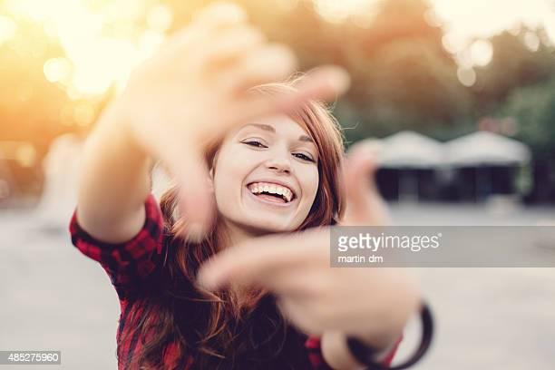 Junges Mädchen macht finger frame