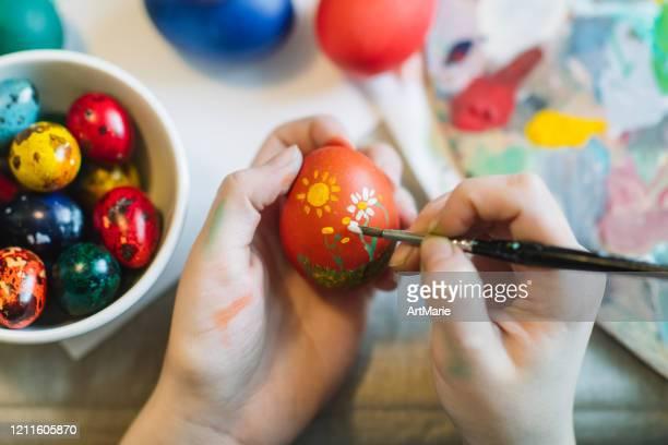 junge mädchen malerei auf osterei - basteln stock-fotos und bilder