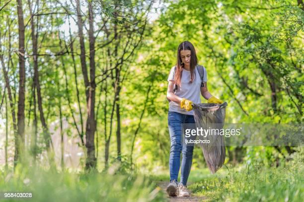 Joven participa en limpieza de comunidad