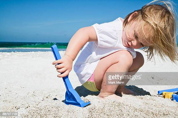 young girl playing in the sand. - captiva island - fotografias e filmes do acervo