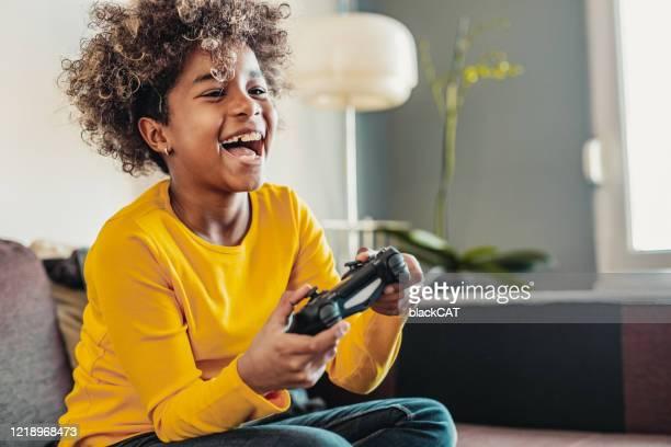 ビデオゲームをプレイ若い女の子 - テレビゲーム ストックフォトと画像