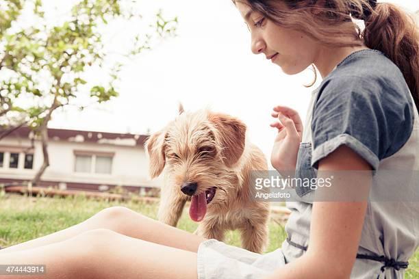 Junge Mädchen spielen mit Hund