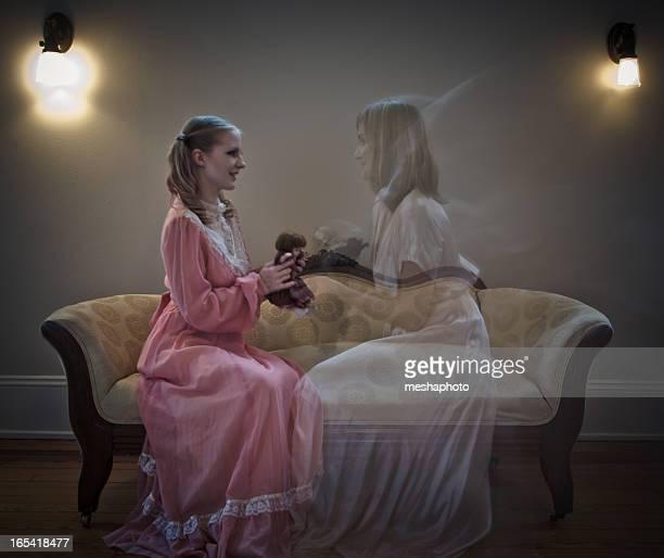 giovane ragazza giocando con sua sorella di fantasma - ghost player foto e immagini stock