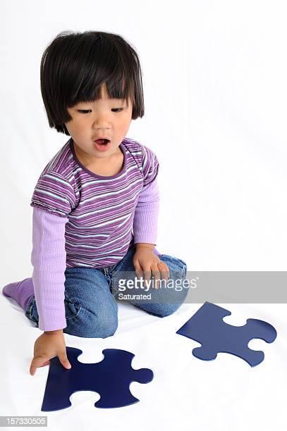 Junge Mädchen spielen mit Puzzle Stücke