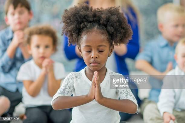 Young girl rezar
