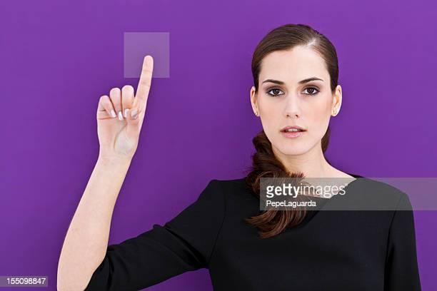 Jeune fille poussant le bouton'accès