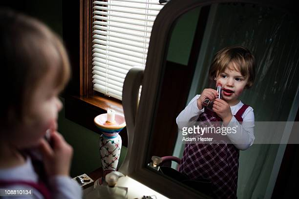 a young girl putting on make-up. - 舞台化粧 ストックフォトと画像