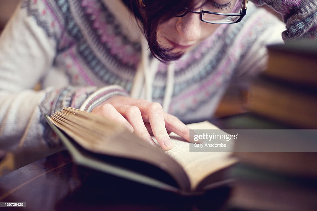 Young girl reading : Stock Photo