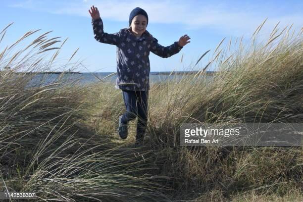 young girl returning from the beach - rafael ben ari fotografías e imágenes de stock