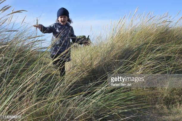 young girl returning from the beach - rafael ben ari photos et images de collection