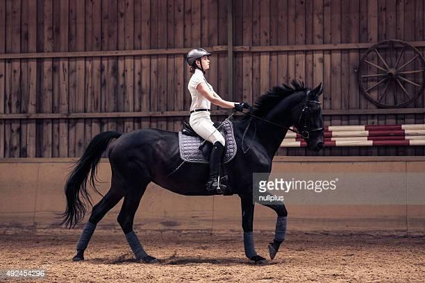 Jeune fille équitation son cheval