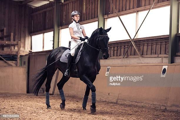 Junge Mädchen und Ihr Pferd reiten