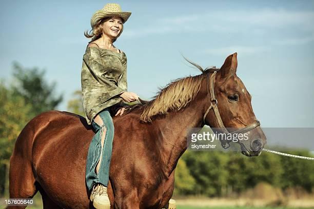 passeios a cavalo jovem garota em um campo - girl blowing horse - fotografias e filmes do acervo