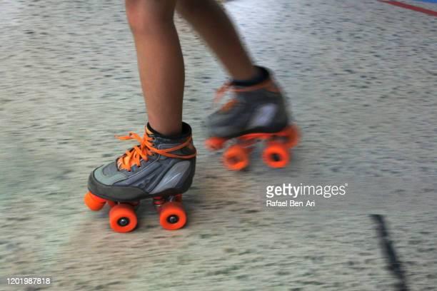 young girl roller skating - rafael ben ari 個照片及圖片檔